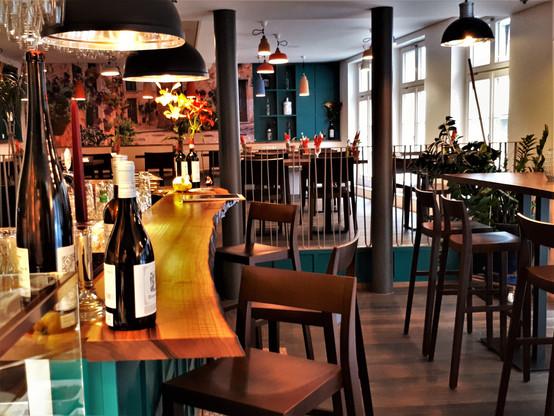Gastraum mit Bar