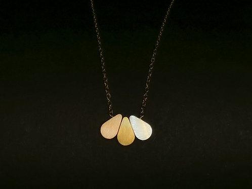 Halskette mit dreifarbigen Tropfen