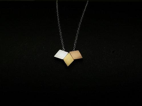 Halskette mit dreifarbigen Rauten