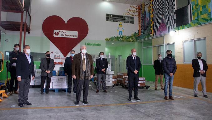 Adox donó más de 100 kits para adaptar respiradores y recibió la visita del Ministro de Salud.