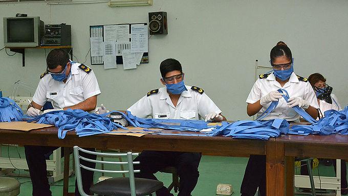 Personal de la Armada confecciona barbijos para la prevención del Coronavirus