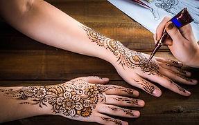woman-mehendi-artist-painting-henna-260n