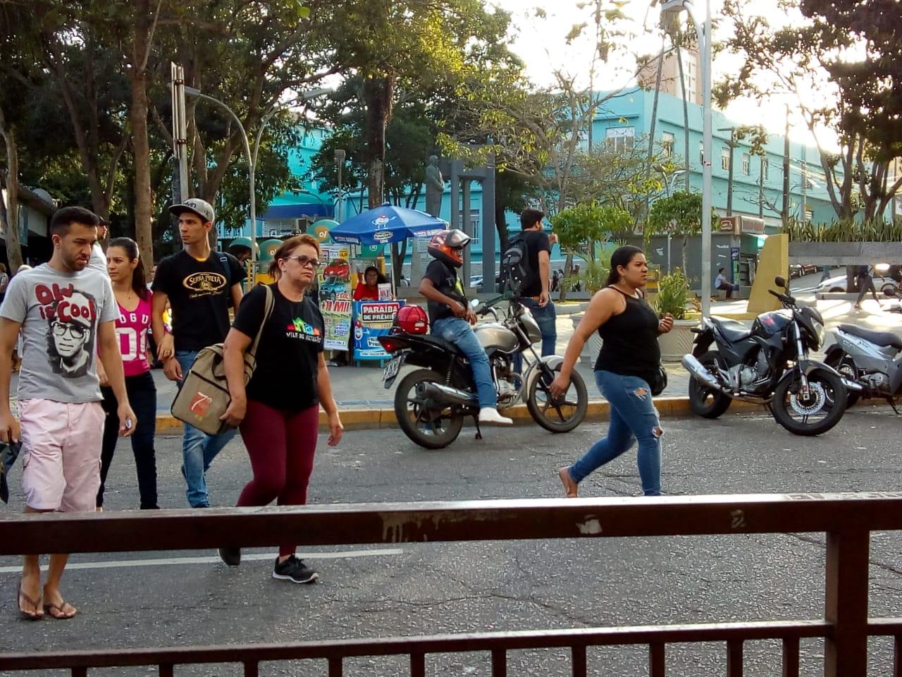 No ruge-ruge da cidade, o mototáxi é uma alternativa de locomoção. Foto: Wesley Farias.