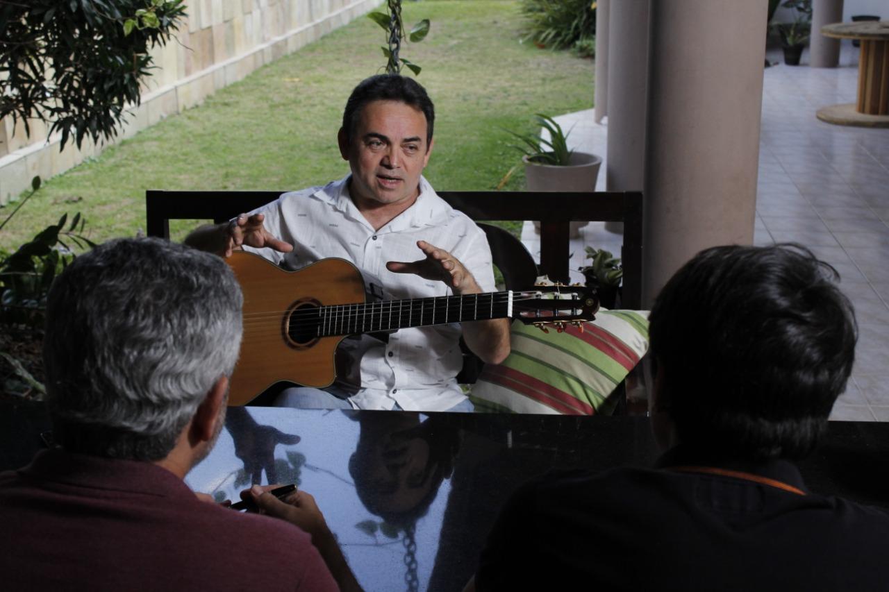 O músico conta suas memórias com o mesmo carinho que tem com seu violão. Créditos: Wesley Farias.