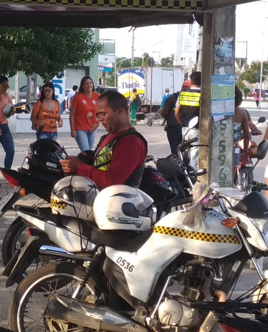 O dia a dia, o ambiente dos mototaxistas à espera por um cliente. Foto: Isaac Falcão.