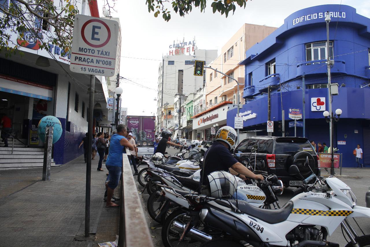 Um dos poucos pontos regulamentados de mototaxistas no centro da cidade. Foto: Marvin Santiago.