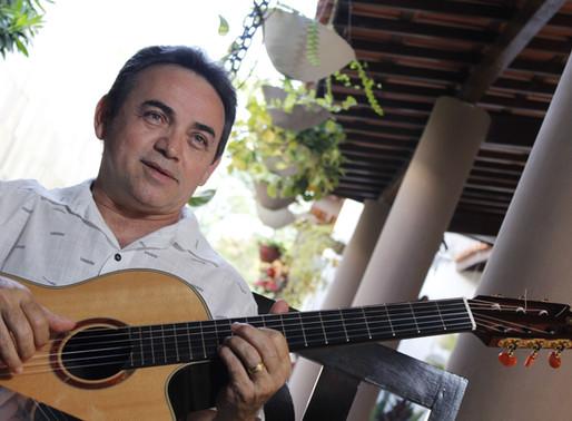 """Poeta (e reitor) Rangel Jr revela: """"Durmo e acordo com a música"""""""