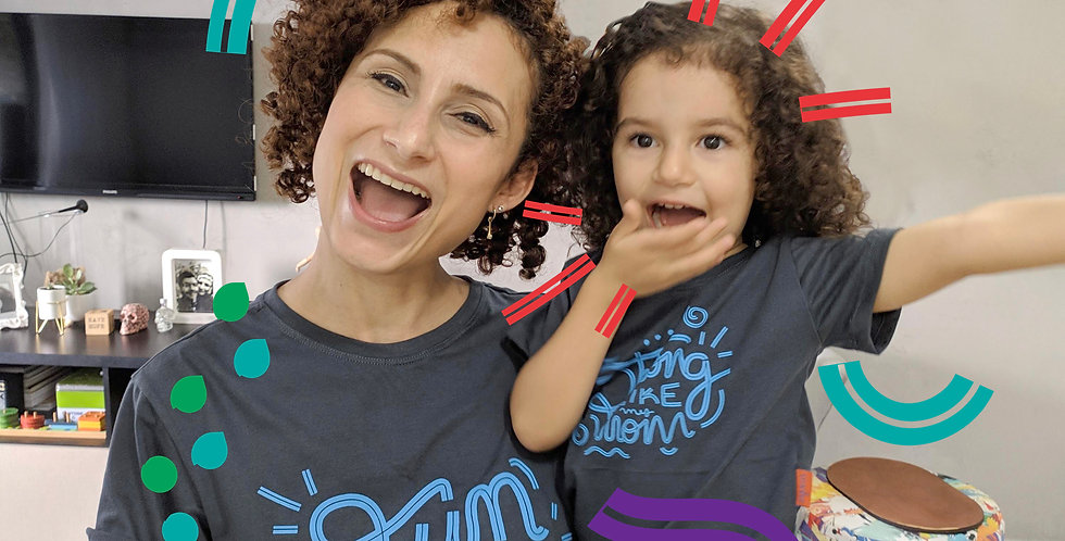 "T-shirt infantil ""Strong like my mom"" Ziguezá"