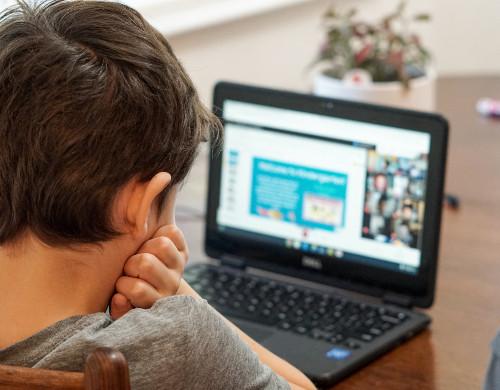 ילד לומד עם מחשב נייד