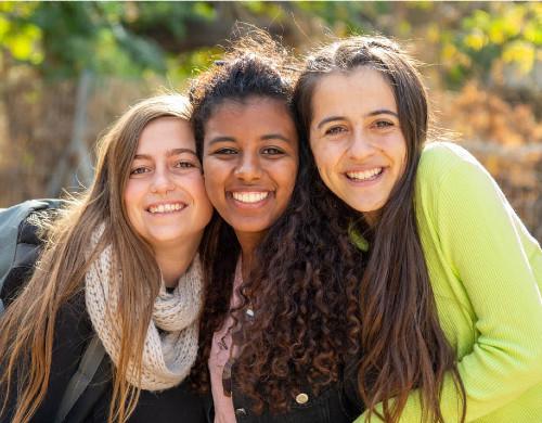שלוש צעירות מתנדבות בעמותת אופק