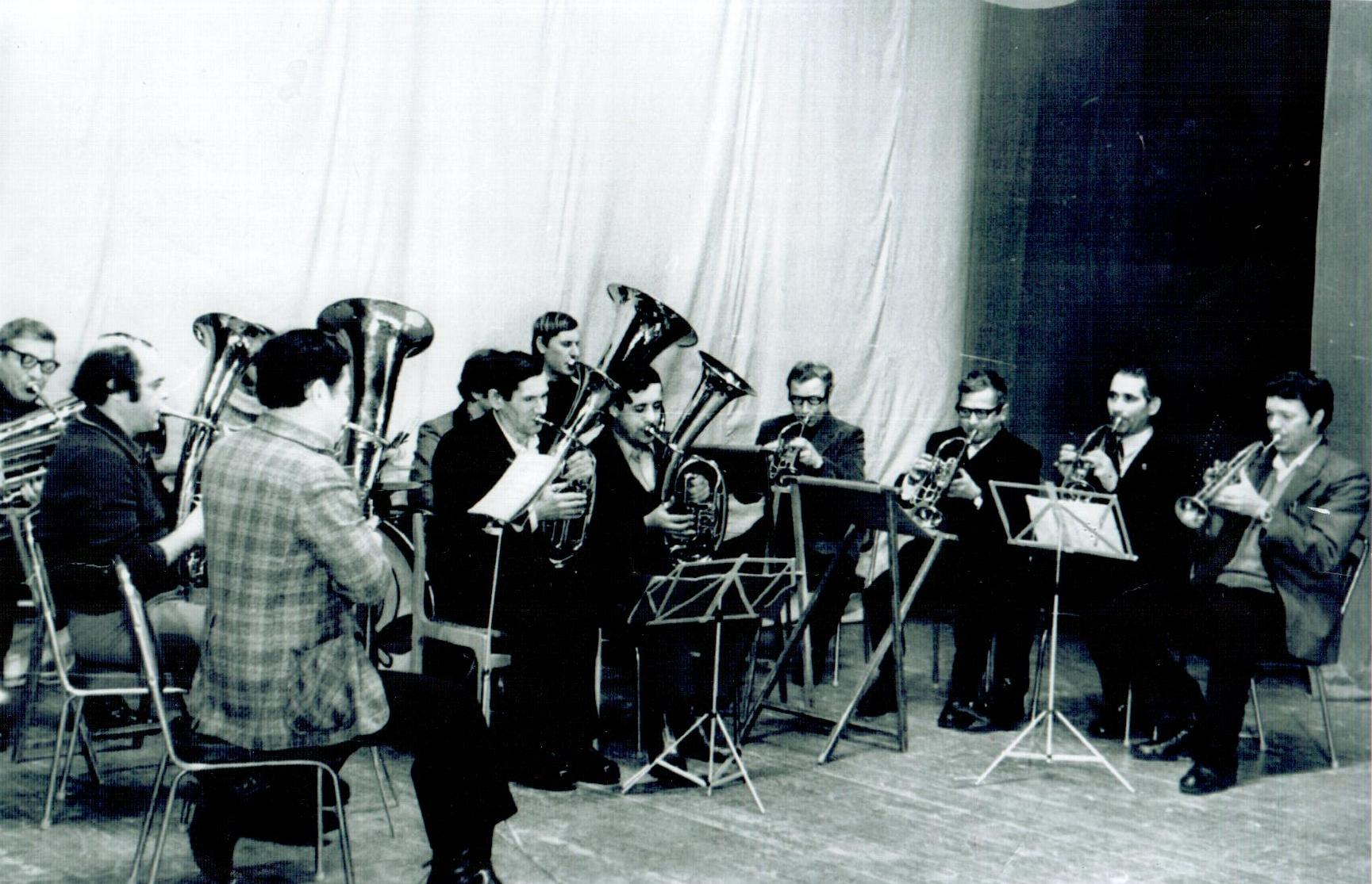 духовой оркестр автоцеха ЧМЗ на сцене ДКМ