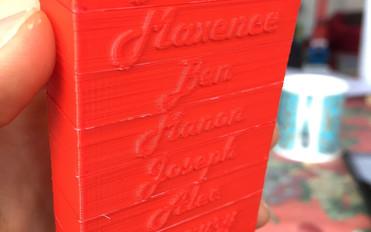Chaque participant reçoit une brique à son nom, imprimée en 3D à l'avance.