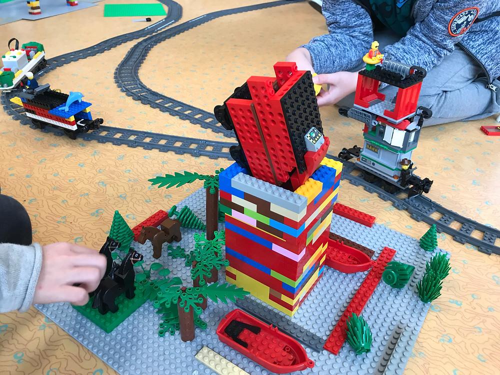 Train LEGO wagons sur rails