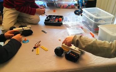 Chaque équipe construit son robot, ici un rover avec roues et chaînage