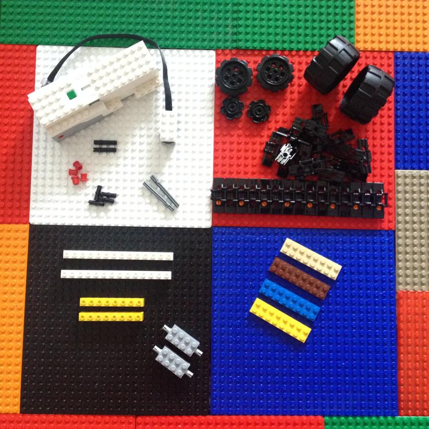 Move hub boost, capteur boost, 4 poutres, 4 chevilles et bagues, 2 axes, 2 chevilles/axes, 2 briques avec chevilles intégrées, des roues et des chaînes (2 fois 15) et quelques plaques pour chevaucher les poutres et renforcer la structure.