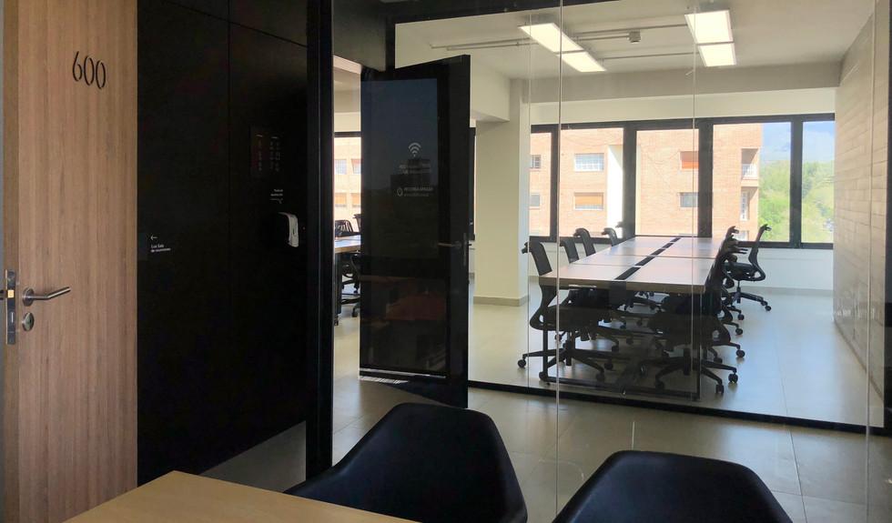 Sala de reuniones exclusiva del piso