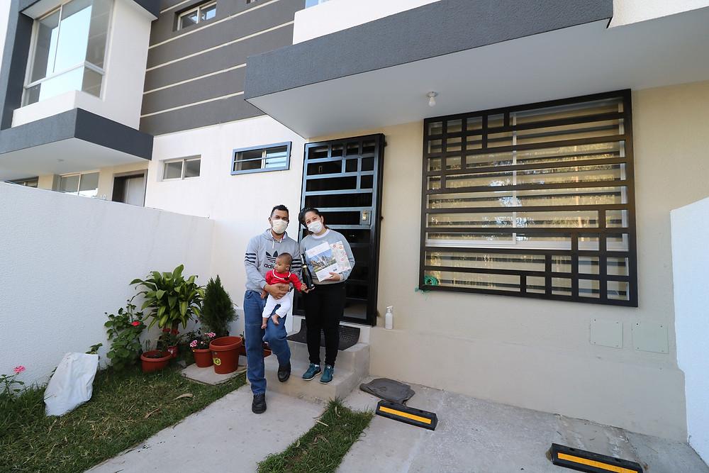 Familias felices en sus nuevas casas