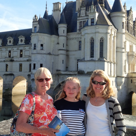 Tamara's family in front of Chenonceau