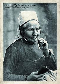 carte postale fumeuse au smartphone des