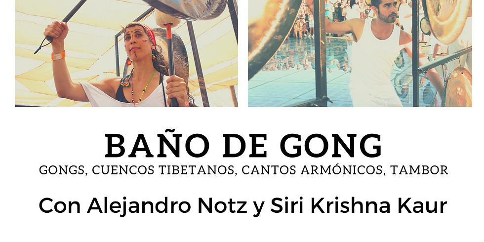 Baño de Gong con Alex y Siri Krishna Kaur