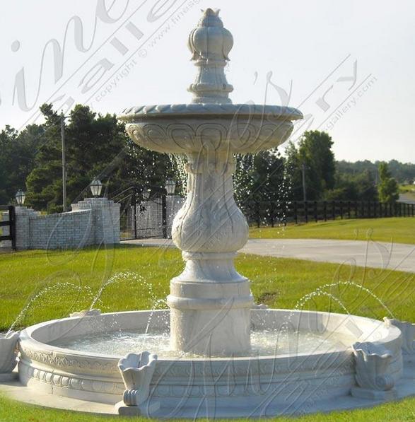 Роскошный фонтан  из серого мрамора