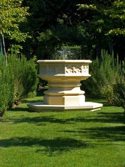 Скульптурный фонтан в готическом стиле из травертина
