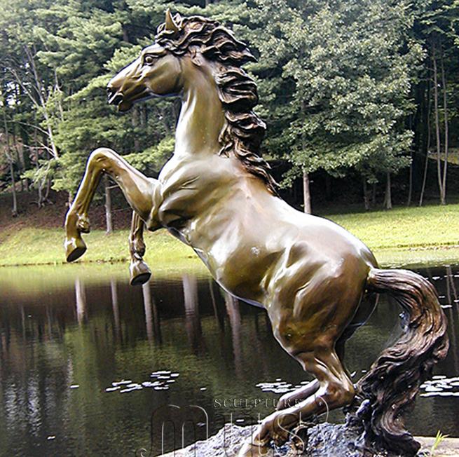 """Скульптурный фонтан """"Лошадь на дыбах"""""""