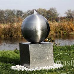 Водный объект «Шар, стоящий на кубе»