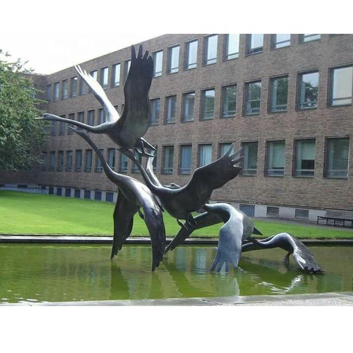 Скульптурная фигура для водного декора  «Взлетающие лебеди»