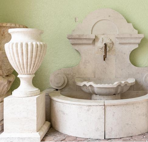 Приставной садовый фонтан из травертина с эффектом истирания