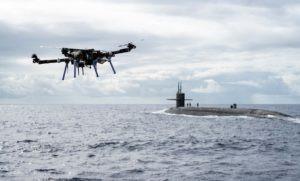 海軍によってドローンが潜水艦まで配達するミッションを完了