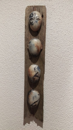 Kleine Köpfe auf Holz