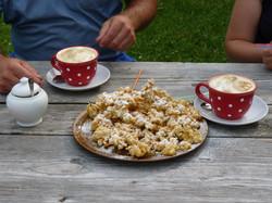 Hollerkiachl-und-Kaffee