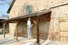 Het lakken van de terrasoverkapping