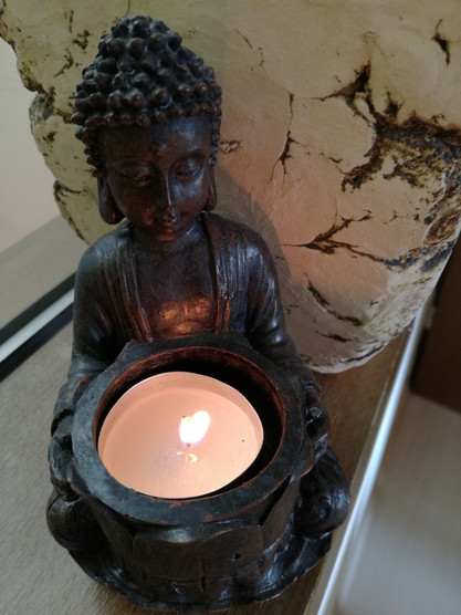 Budda mit Kerze