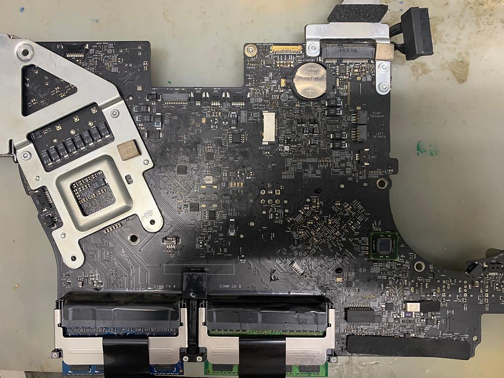 ภาพด้านบน (Top) ของ เมนบอร์ด iMac รุ่น A1311 21.5 นิ้ว