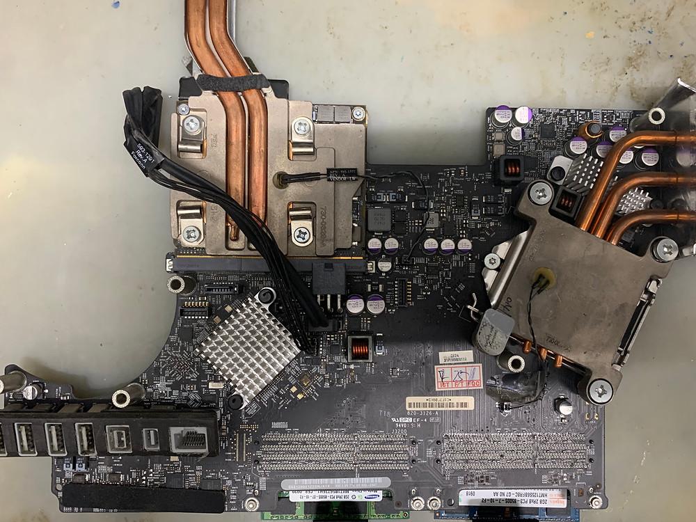 ภาพด้านล่าง (Bottom) ของ เมนบอร์ด iMac รุ่น A1311 21.5 นิ้ว