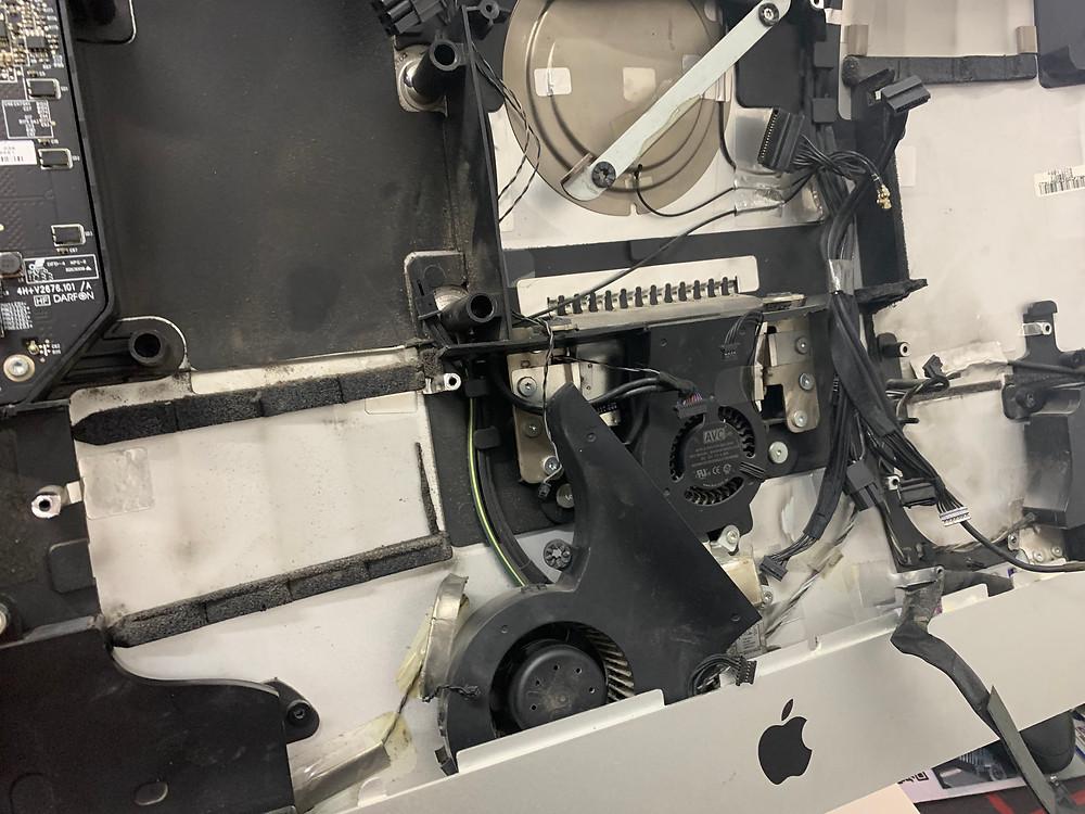 ถอดชิ้นส่วนอุปกรณ์ เพื่อนำเมนบอร์ดออกมาตรวจเช็คและซ่อม