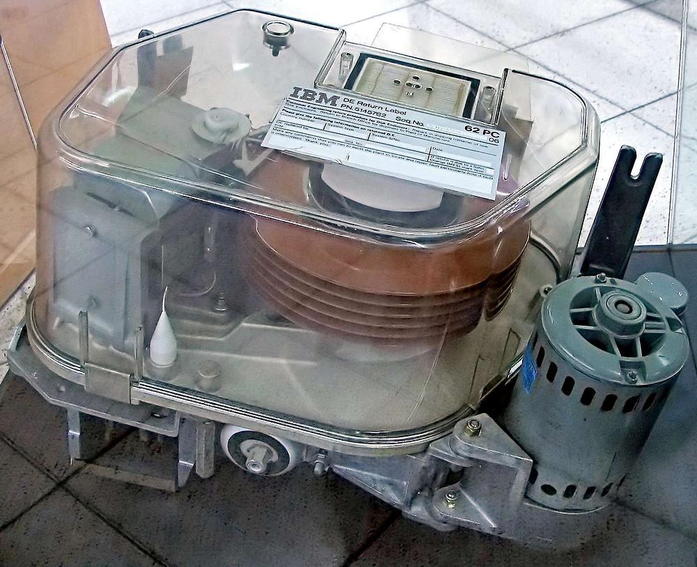 Ổ cứng IBM Piccolo 64MB với 6 đĩa từ 8 inch, dành cho máy tính IBM 62.