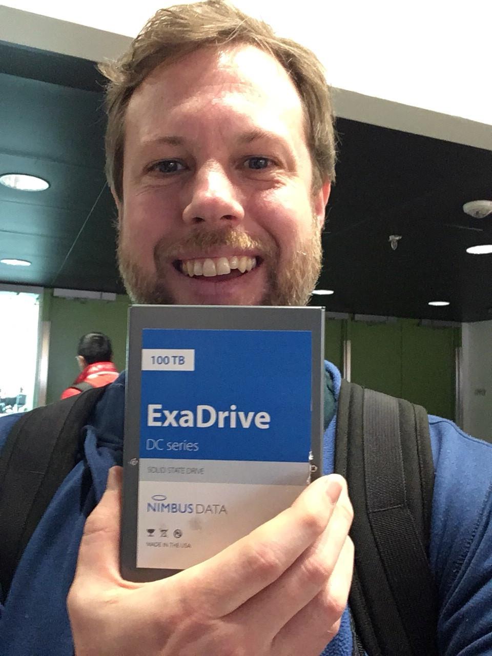 Hình chụp ông Ariel, Giám đốc Chuỗi Cung ứng của Backblaze, đang cầm trên tay ổ đĩa thể rắn dung lượng lớn nhất thế giới - SSD Nimbus Data 100TB.