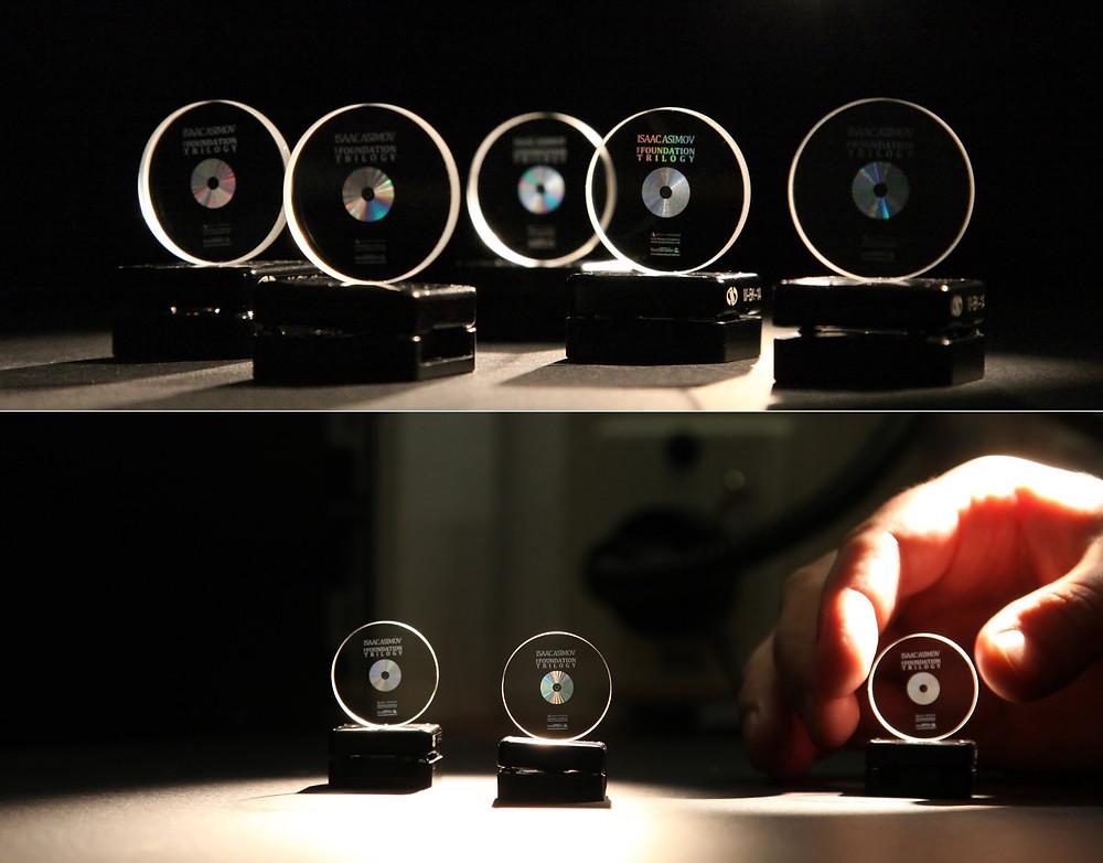 Bộ sưu tập 5 đĩa nhớ dữ liệu quang 5D chứa các thư viện Arch của tổ chức phi lợi nhuận Arch Mission Foundation.