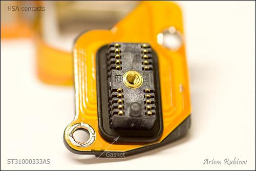 Miếng mỏng màu cam được gọi là mạch in dẻo (flexible printed circuit - FPC), giúp kết nối HSA và đĩa từ với bộ tiếp điểm HSA (HSA contacts).