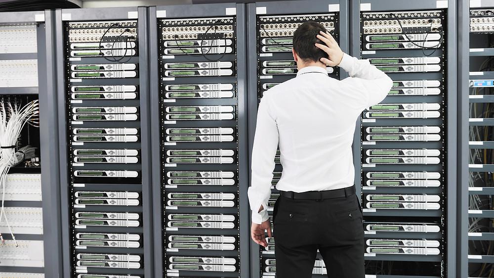Khi một ổ cứng bị sự cố trong mảng RAID 5, hệ thống vẫn tiếp tục hoạt động ở chế độ suy cấp (degraded mode).