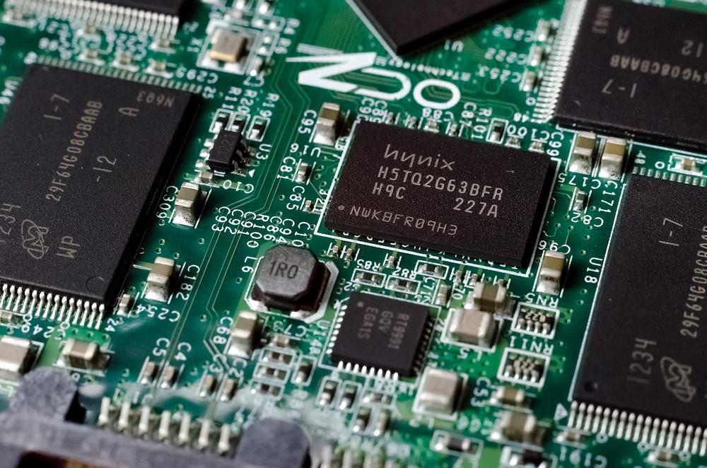 Hầu hết SSD sử dụng vài trăm megabyte RAM như một bộ đệm giữa NAND và máy tính. Trong hình là RAM Hynix.