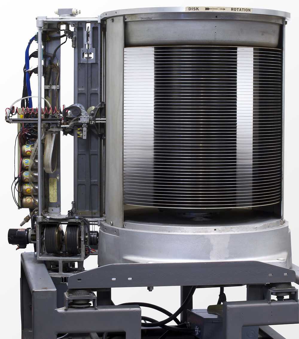 Hệ thống IBM 350 Disk Storage được cấu hình với 50 đĩa từ, chứa 50.000 sector, mỗi sector lưu trữ 100 chữ số, dung lượng dữ liệu 5MB.