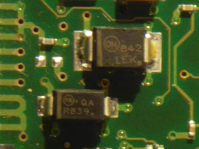 Cận cảnh hai điốt triệt xung quá áp (transient voltage suppression - TVS) trên PCB của HDD Seagate ST31000333AS.