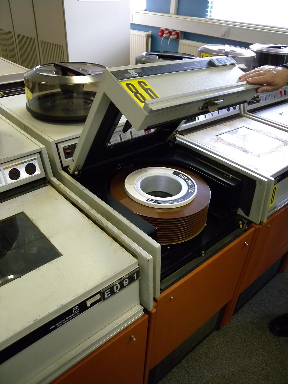 Trong khi ổ đĩa vẫn mang kích thước của một máy giặt, bộ đĩa khả nạp (cho phép lấy ra, gắn vào) giúp bộ lưu trữ có thể di động được.