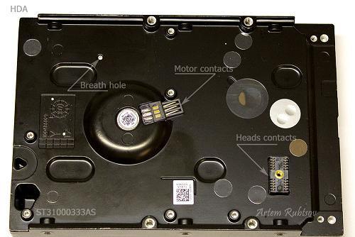 Phần vỏ nhôm màu đen (hay còn gọi là mặt đế) chứa tất cả bộ phận bên trong được gọi là khối đầu từ và đĩa từ (head and disk assembly - HDA).