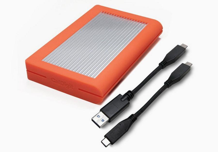 Ổ đĩa CalDigit Tuff 2TB có cáp hỗ trợ USB-A và USB-C.
