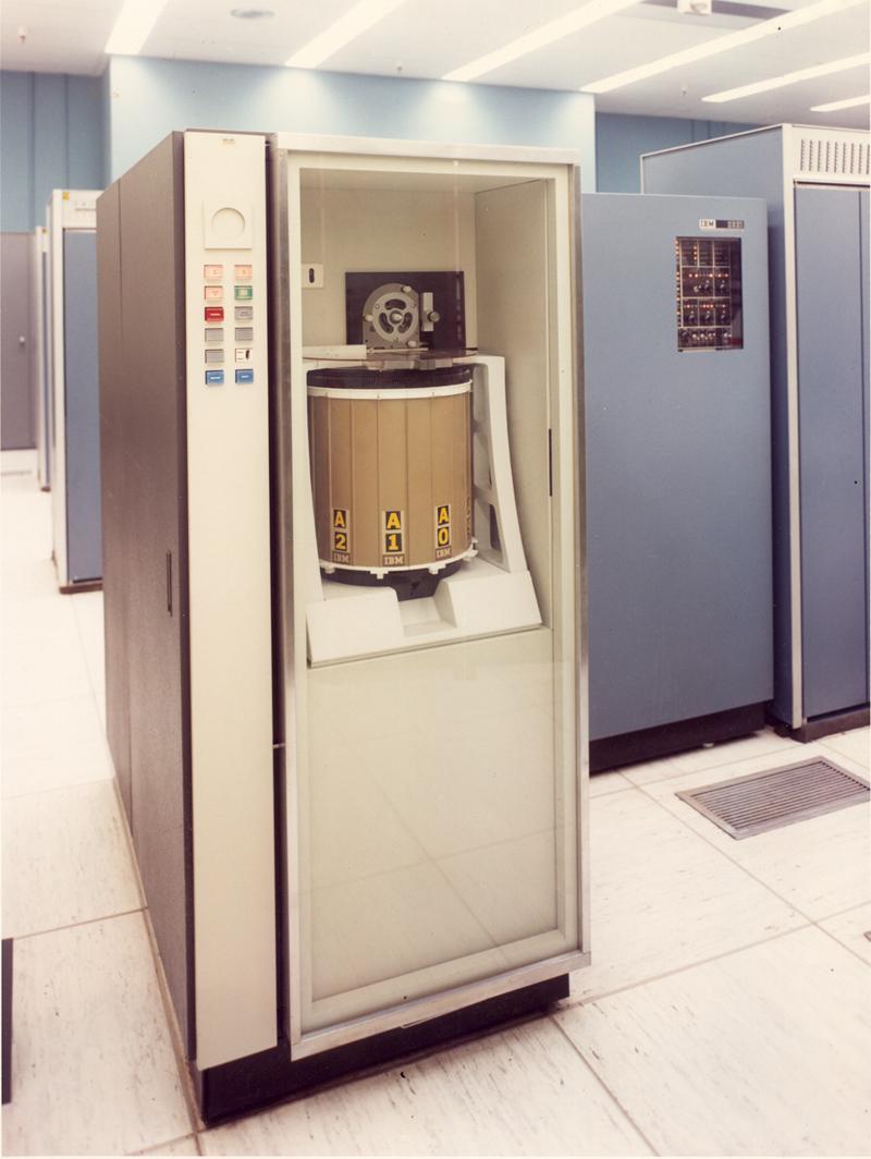 Ổ đĩa IBM 2321 Data Cell Drive chứa tới 10 ngăn dữ liệu di động và có thể hoán đổi cho nhau, mỗi ngăn có 200 dải từ.